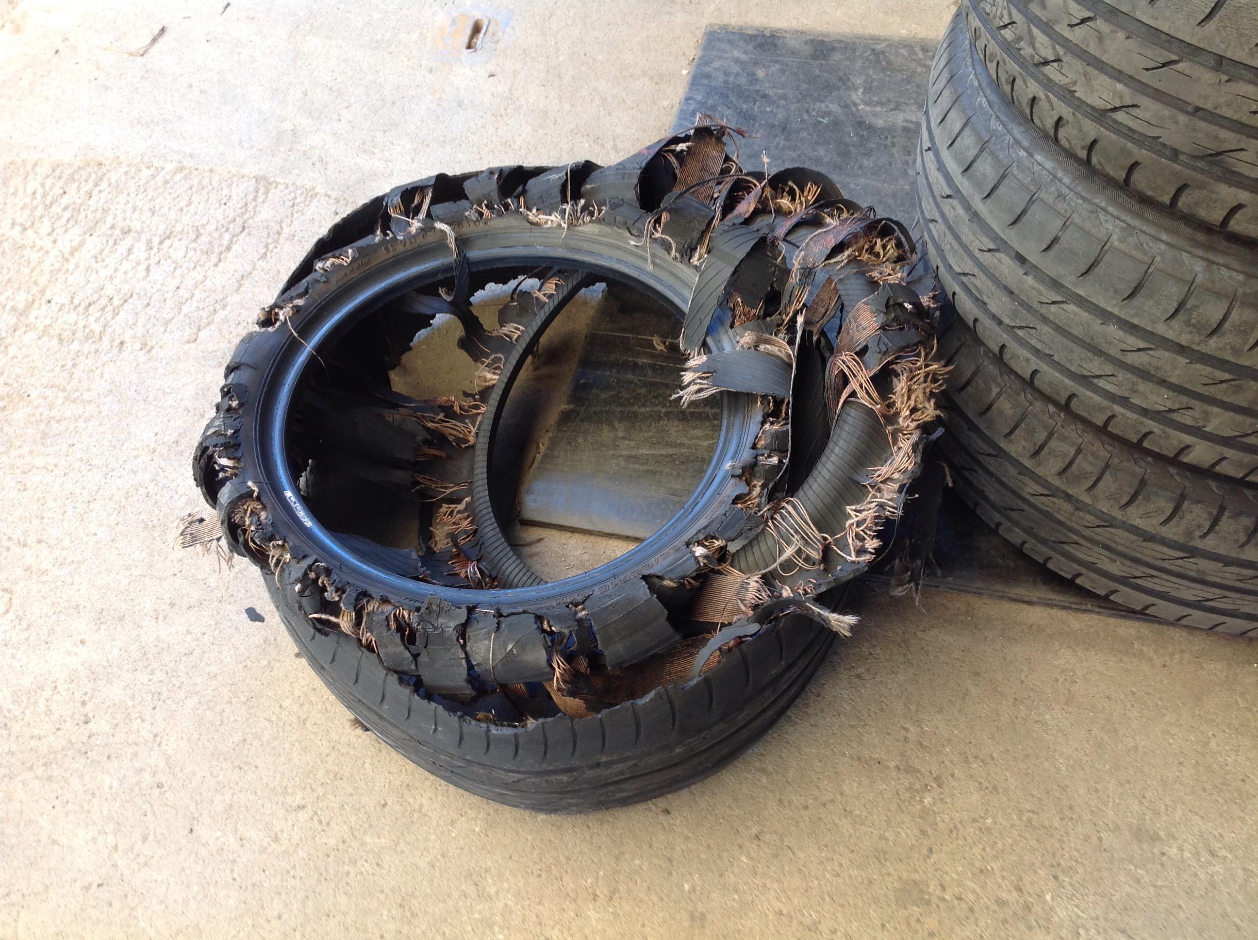 バーストしたタイヤです