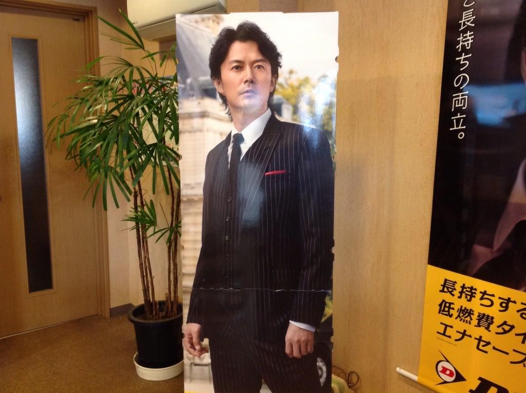 ダンロップのイメージキャラクターの福山雅治さんです。