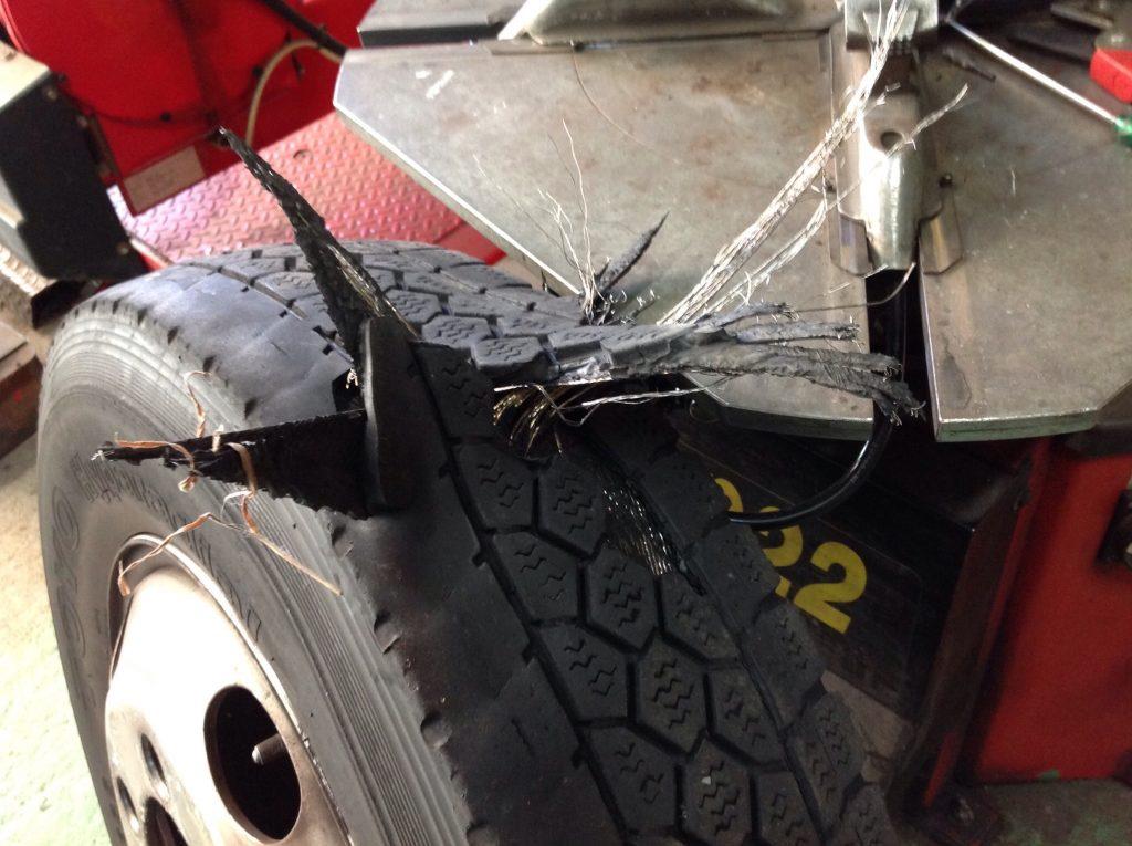スタッドレスタイヤがバーストしました。