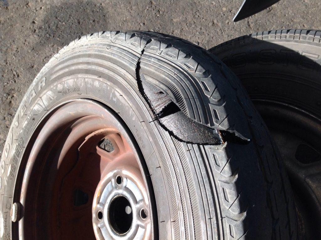 タウンエースのタイヤがバーストしました。