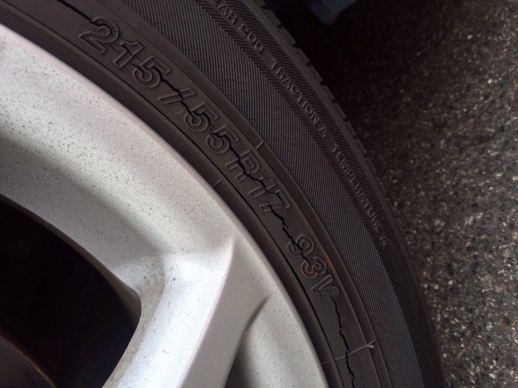 タイヤがひび割れ。オゾンクラックです。