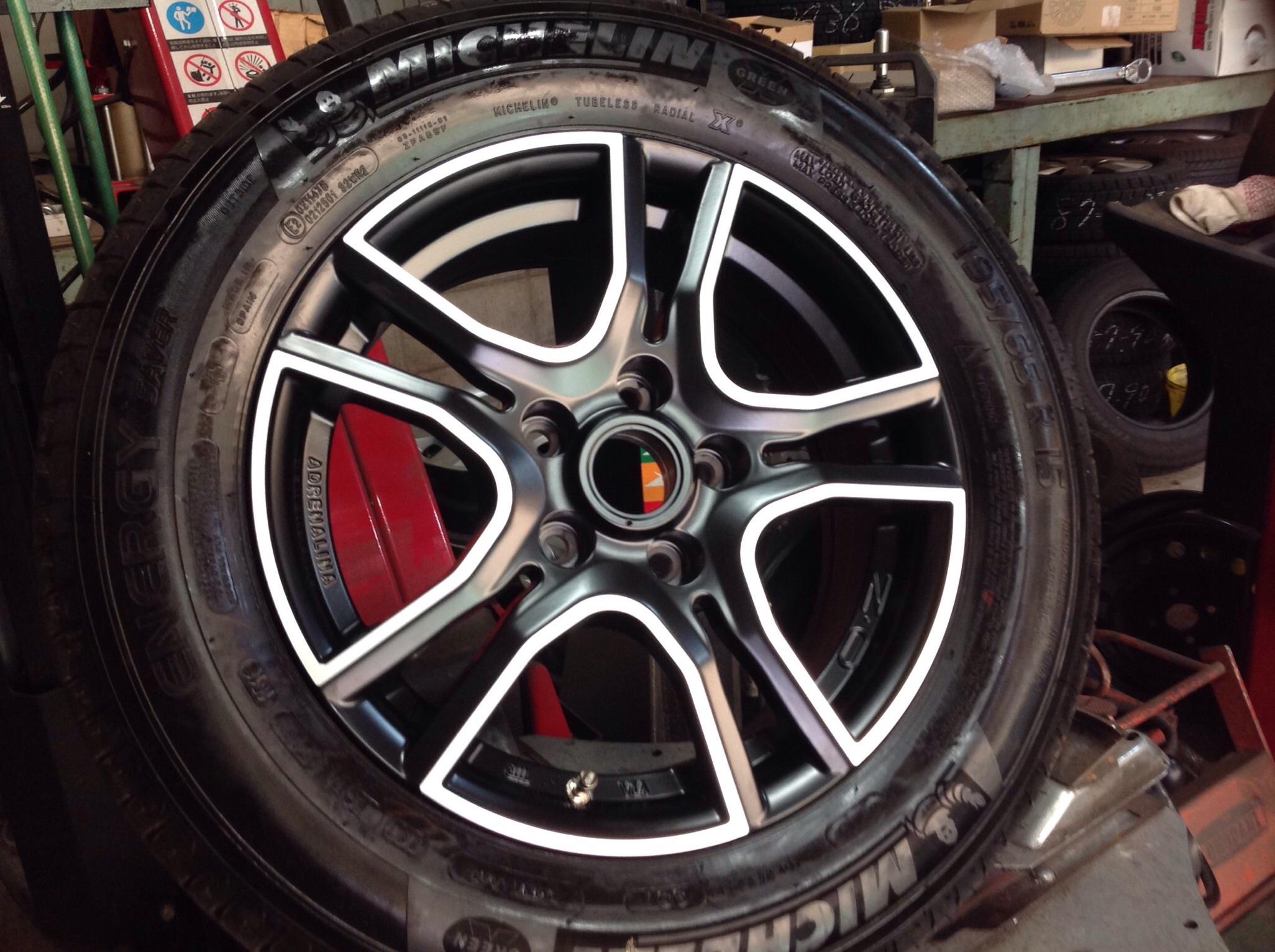 タイヤの組み込みです。